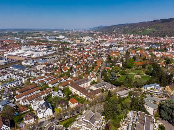 Schöne Aussicht auf das Zentrum von Weinheim. Orange Gelieste Dächer von Häusern. Die Altstadt. Deutschland. – Foto