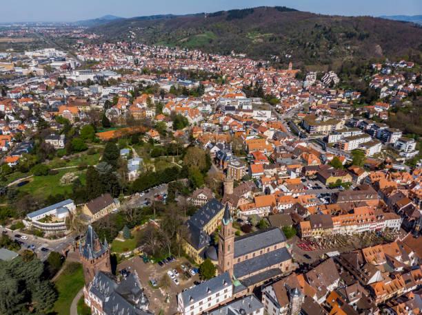 Schöne Aussicht auf das Zentrum von Weinheim. Blick auf die Häuser und Schlösser. Orange Gelieste Dächer von Häusern. Die Altstadt. Deutschland. – Foto