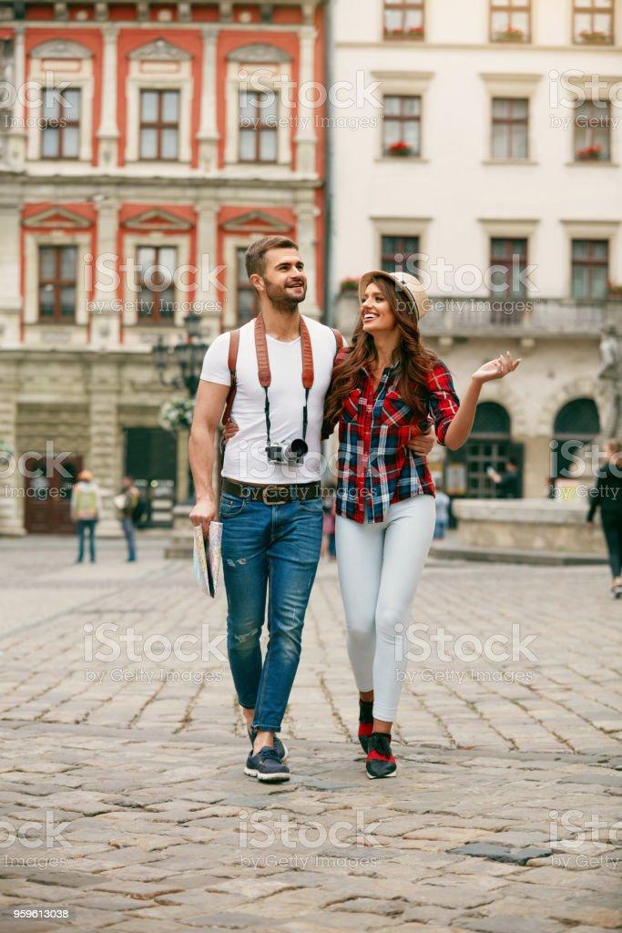 Turismo hermosa pareja de enamorados caminando en la calle. - Foto de stock de Actividad de fin de semana libre de derechos