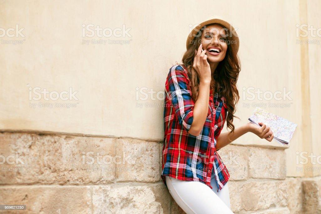 Turística de niña hablando por teléfono al aire libre. - Foto de stock de Adulto libre de derechos