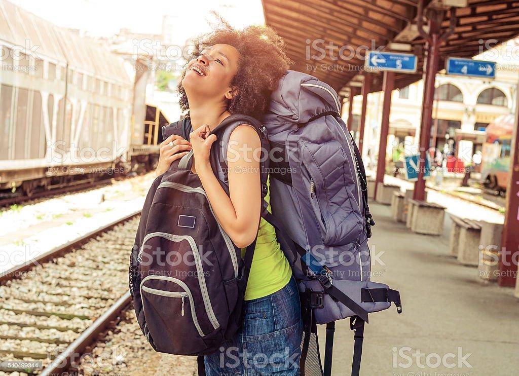 Wunderschöne touristische Reisende stehend mit riesigen Gepäck – Foto