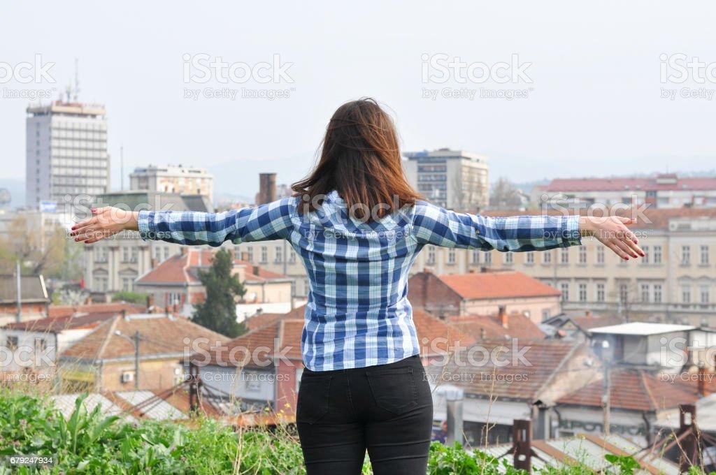 Fille belle voyageur profitant de la vue des toits de la ville. photo libre de droits