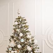istock Beautiful tree. Bright interior. Christmas decorations 1285076312