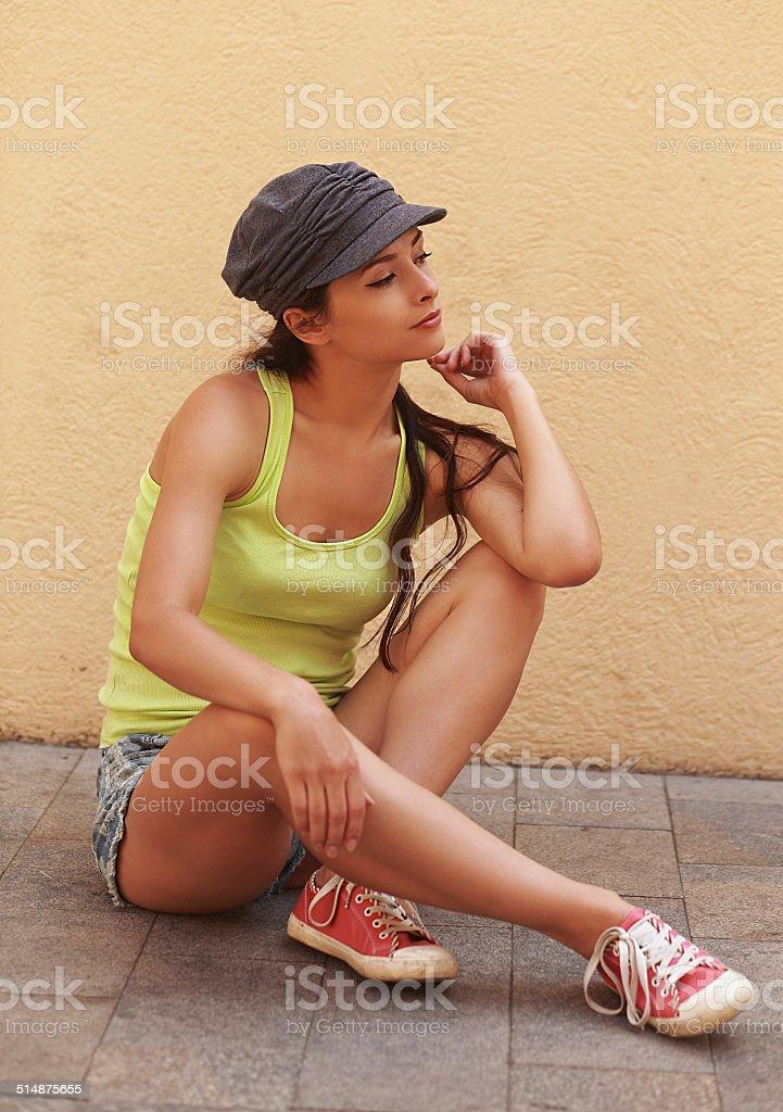 5bef1e687876 Bella elegante urban Giovane donna seduta vicino alla parete foto stock  royalty-free