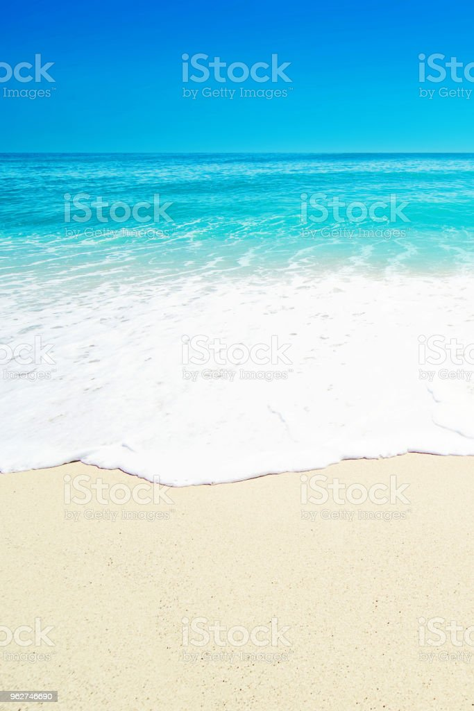 "Beautiful Tropical  beach with Soft wave of blue ocean, white sand and transparent sky. Summer travel holiday background concept. Sea panorama""n - Foto stock royalty-free di Acqua"