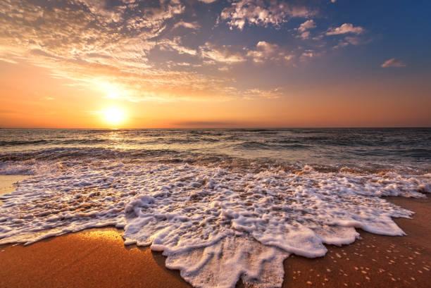 wunderschöne tropische sonnenaufgang am strand. - ägäische inseln stock-fotos und bilder