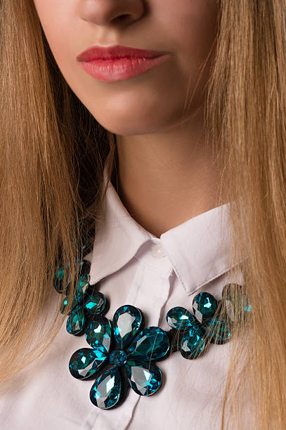 beautiful turquoise necklace on girl - türkise haare stock-fotos und bilder