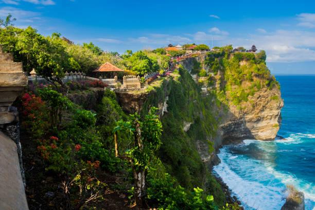beautiful uluwatu tempel zat op de top van een klif in bali, indonesië - bali stockfoto's en -beelden