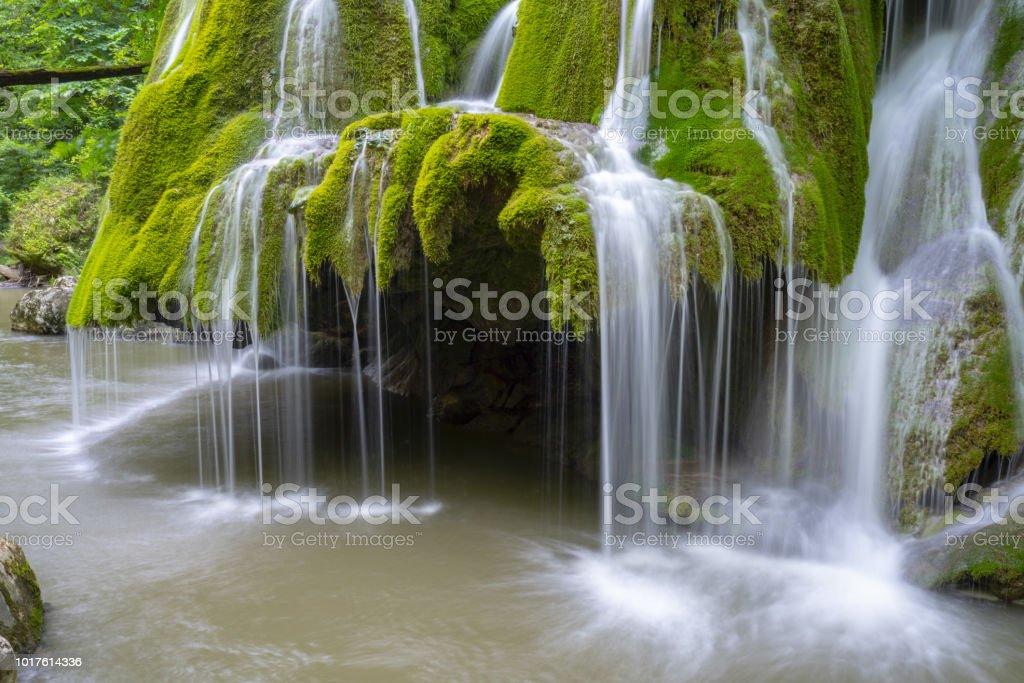 Belle cascade de Shine unique en Roumanie, sur le bord de la route en passant par les montagnes des Carpates - Photo