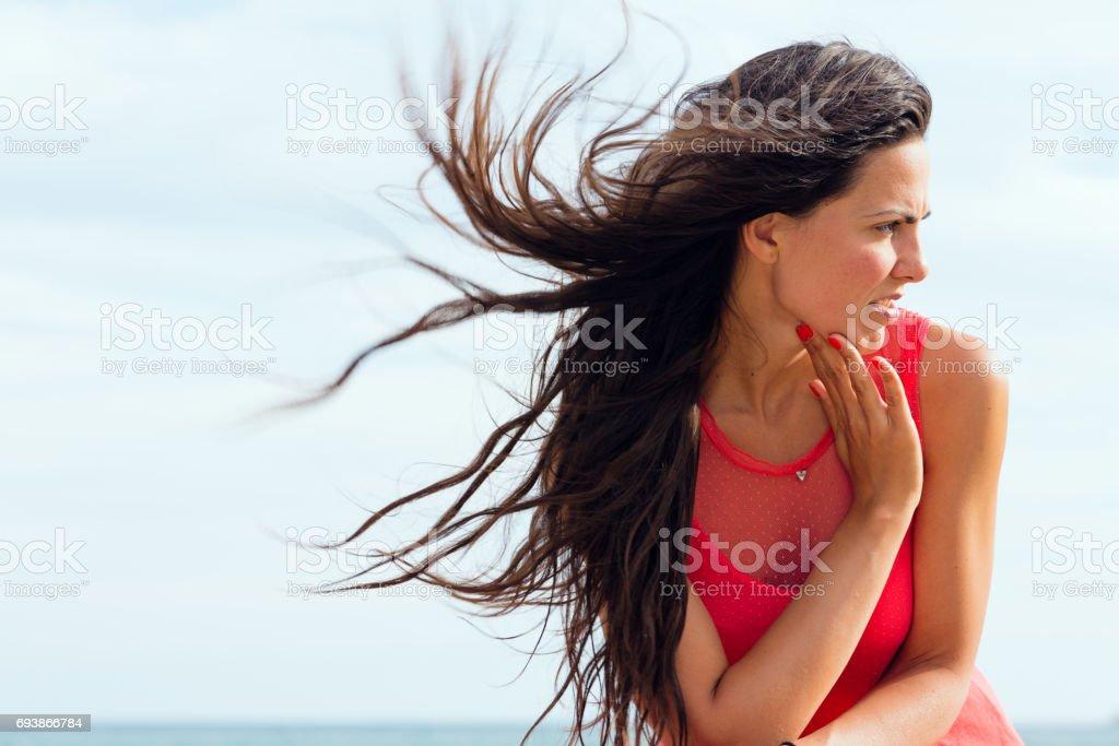 ba53b851d9b3bc Mooie Zeer Lange Zwarte Haired Meisje In Een Rode Jurk Portret Door ...