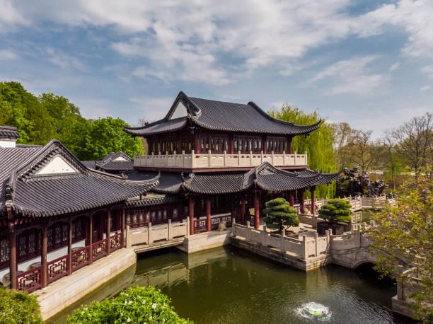 Ein schöner Blick auf ein chinesisches Teehaus im Luisenpark. Frühling. Nachmittag. – Foto