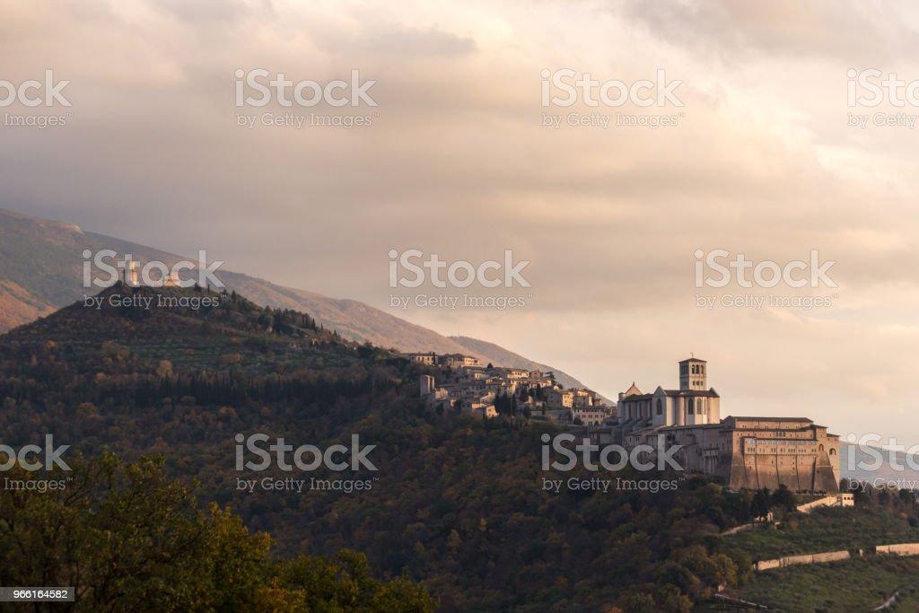 Hermosa vista de la ciudad de Asís (Umbría) desde un lugar inusual, wi - Foto de stock de Aire libre libre de derechos