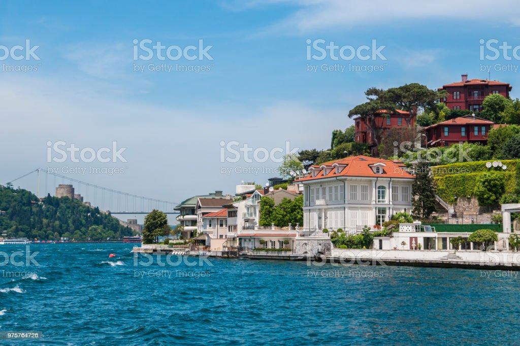 Schöne Ansicht des Bosphorus Küste in Istanbul mit exquisiten Holzhäusern und Boot - Lizenzfrei Blau Stock-Foto