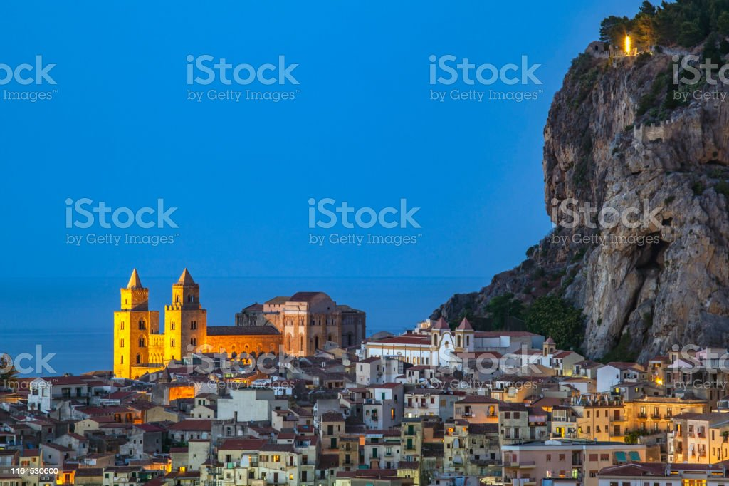 Schöne Aussicht auf das Zentrum von Cefalu - Lizenzfrei Alt Stock-Foto