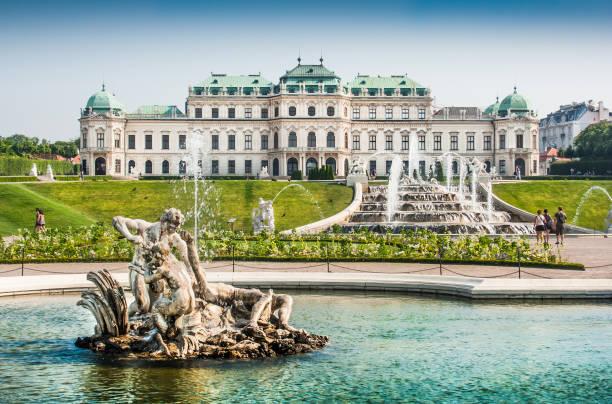 Schöne Aussicht auf das berühmte Schloss Belvedere, erbaut von Johann Lukas von Hildebrandt als Sommerresidenz für Prinz Eugene des Wirsings, in Wien, Österreich – Foto