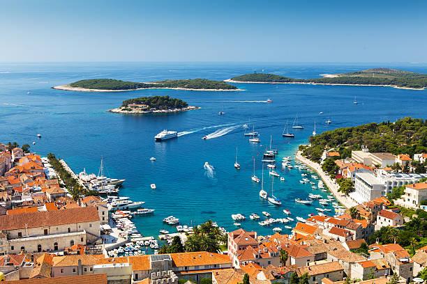 Hermosa vista al puerto en la ciudad de Hvar, Croacia - foto de stock