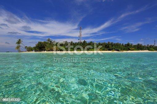 Beautiful View Of Island In Indian Ocean Maldives Turquoise Water White Sand Beach And Green Trees On Blue Sky Background - Stockowe zdjęcia i więcej obrazów Bez ludzi