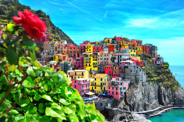 beautiful view of manarola town. is one of five famous colorful villages of cinque terre national park in italy, suspended between sea and land on sheer cliffs. liguria region of italy. - la spezia foto e immagini stock