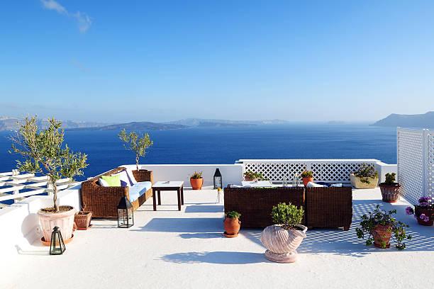 wunderschöner blick auf das atemberaubende mittelmeerpanorama - oliven wohnzimmer stock-fotos und bilder