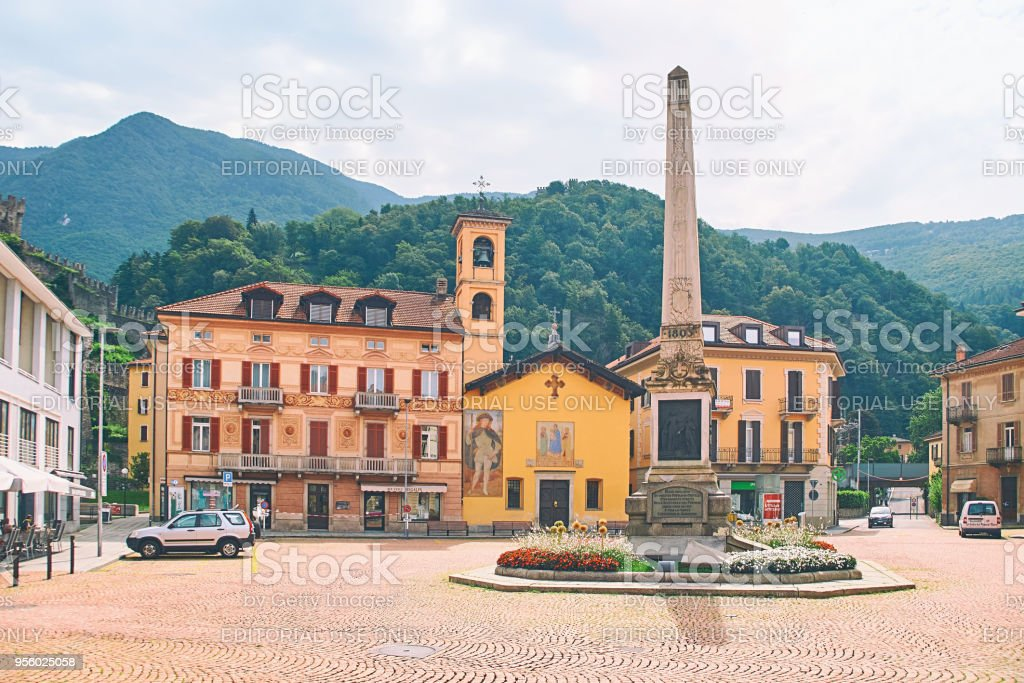 Beautiful view of Piazza Indipendenza or Independence Square in Bellinzona, Switzerland with an obelisk erected in 1803 to mark the centenary of the Act of Mediation and Sasso Corbaro castle on the hill - foto stock