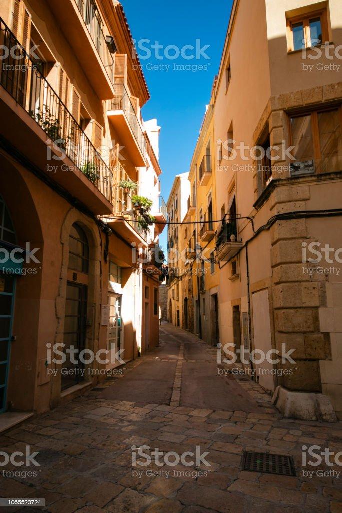Schöne Aussicht auf die malerische enge Gasse mit historischen, traditionellen Häusern und gepflasterten Straße – Foto