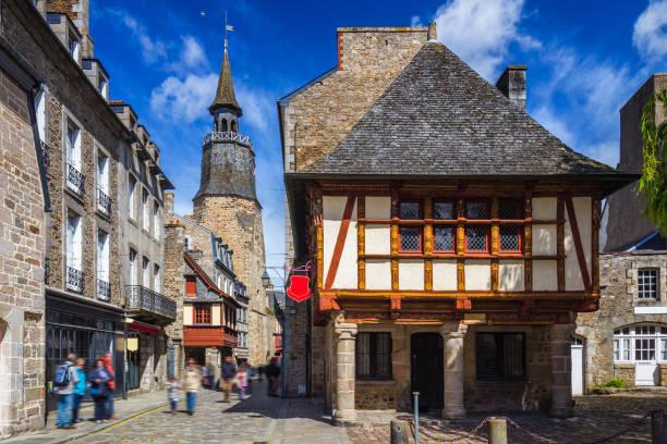 Schöne Aussicht auf die malerische enge Gasse mit historischen traditionellen Häusern und gepflasterten Straße in einer Altstadt von Dinan mit blauem Himmel und Wolken. Bretagne (Bretagne), Frankreich – Foto