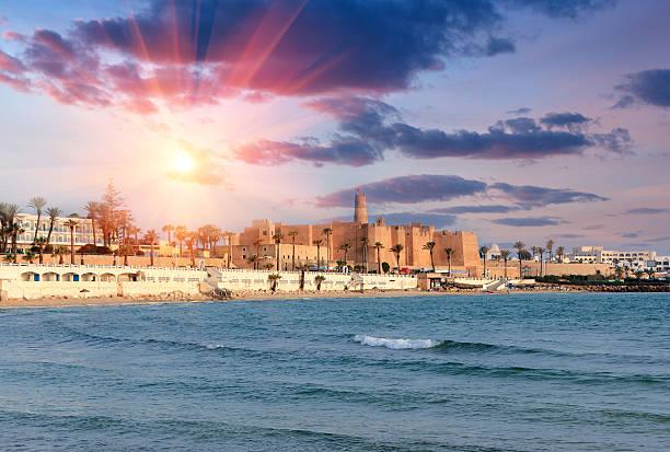 wunderschöne ansicht der alten ribat festung während dem sonnenuntergang. tunesien. - urlaub in tunesien stock-fotos und bilder