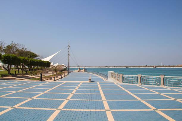 Schöne Aussicht auf der Corniche in Abu Dhabi mit Palmen Bäume blauen Himmel – Foto
