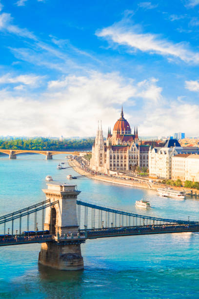 헝가리 의회와 부다페스트, 헝가리에서 체인 다리의 아름 다운 보기 - 다뉴브 강 뉴스 사진 이미지