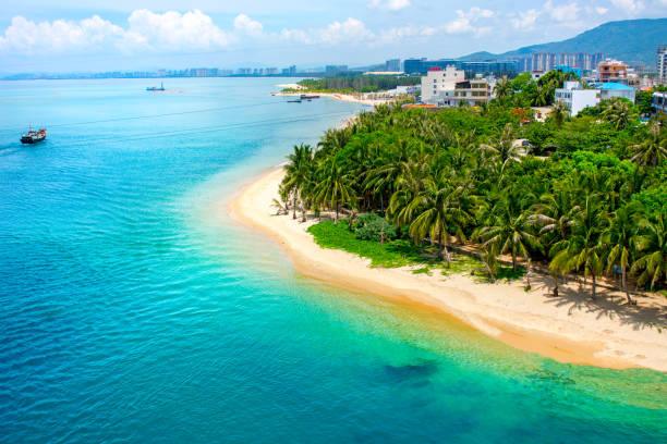 schöne Aussicht auf die Lagune mit weißem Sand und Palmen Bäume, türkisfarbenen Meer. Blick von oben. – Foto