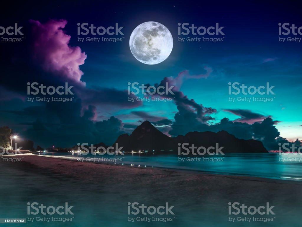 Foto De Vista Bonita Do Mar Ceu Azul Colorido Com Nuvem E A Lua