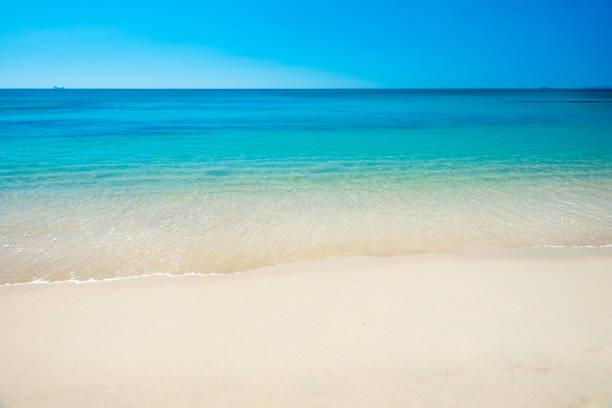 Schöne Aussicht auf tropisches Meer und Sandstrand – Foto
