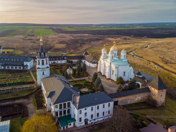 Zimno. Ukraine. - 12. Januar 2020: Schöne Aussicht auf Zimnensky Svyatogorsky Kloster von oben. Blick auf die Kuppeln und die Mariä-Himmelfahrt-Kathedrale. – Foto