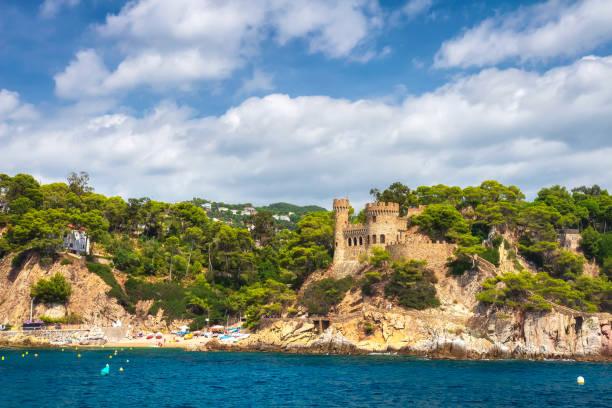 belle vue sur d'en de castell plaja de bord de mer à lloret de mar, costa brava, espagne. journée d'été ensoleillée à lloret de mar. rocky littoral plage espagnole. - paysage mois de mars photos et images de collection