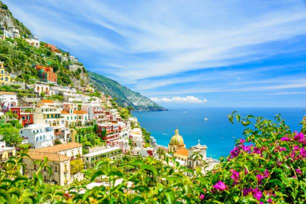 schöne aussicht auf positano an der amalfi-küste mit verschwommenen blumen im vordergrund - neapel stock-fotos und bilder