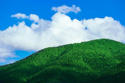 푸른 하늘 배경에서 높은 녹색 언덕에 아름 다운 볼 수 있습니다 산 아름 다운 낙원 풍경입니다 0명에 대한 스톡 사진 및 기타 이미지