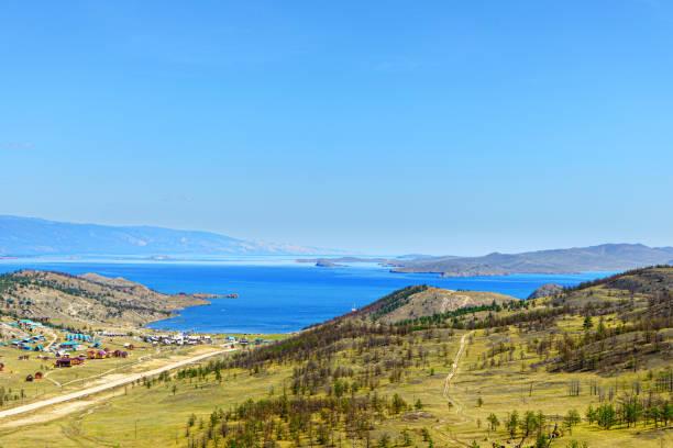 Schöne Aussicht auf das touristische Zentrum im Dorf Kurkut und die kleine Meer (Maloje More) Bucht des Baikalsees am Sommertag – Foto