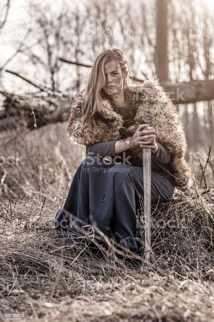 Bela Viking warrior real fêmea em uma floresta do campo de batalha de inverno - foto de acervo