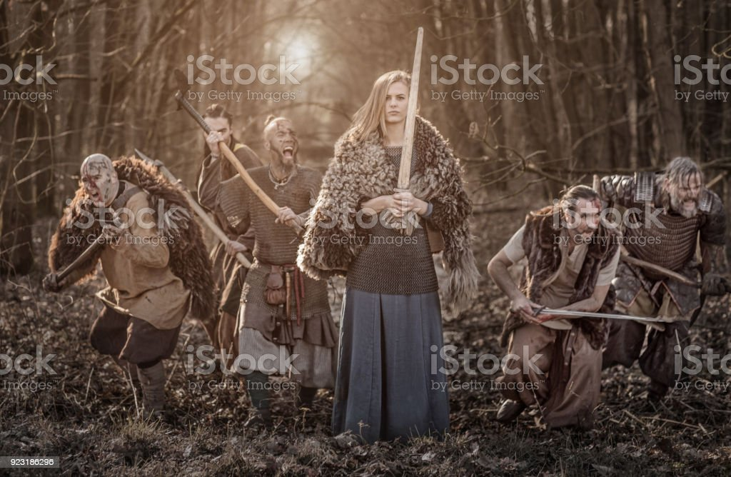 Bela Viking warrior real fêmea com seu exército em uma floresta do campo de batalha de inverno - foto de acervo