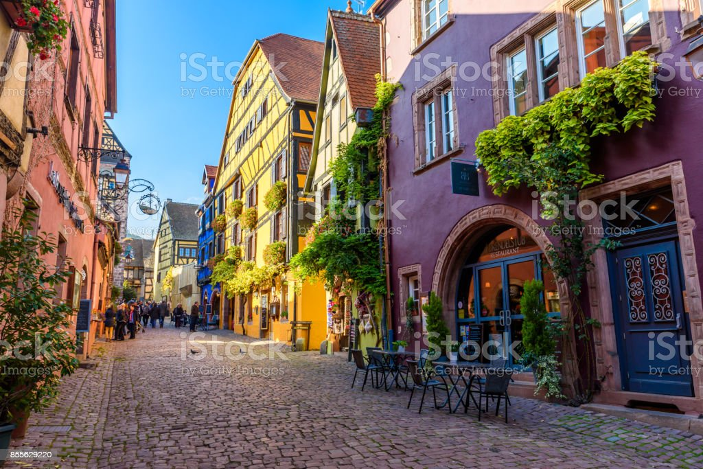 Beautiful village Riquewihr with historic buildings and colorful houses in Alsace of France - Famous vine route - foto stock