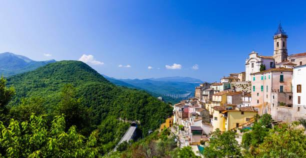 pueblos bellos de Italia - Colledimezzo en Abruzzo, Lago di Bomba - foto de stock