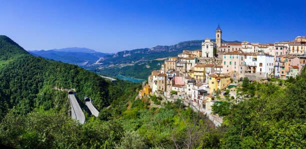 pueblos bellos de Itay - Colledimezzo en Abruzzo, Lago di Bomba - foto de stock