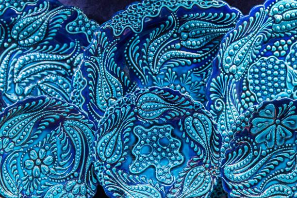 schöne vintage geschirr, keramik bemalt - türkische fliesen stock-fotos und bilder