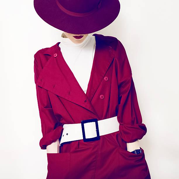 schöne retro lady modernen stil in einem roten teppich gekehrt - mode herbst 2015 stock-fotos und bilder