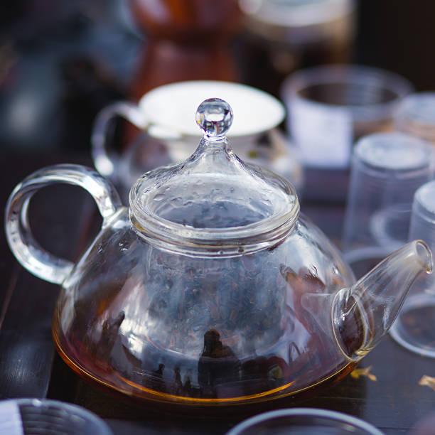 wunderschöne warmen bild auf transparentem teekanne wasserkocher mit köstlichen tee - jasmin party stock-fotos und bilder