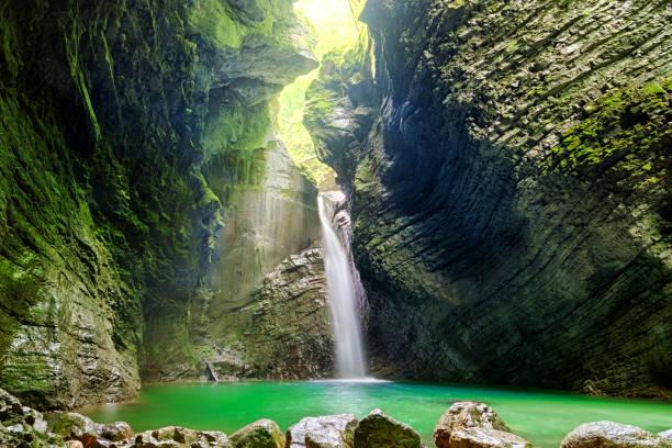 beautiful waterfall kozjak in slovenia - slovenia foto e immagini stock