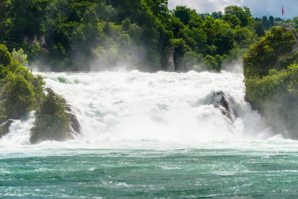Ein wunderschöner Wasserfall am Rhein in der Stadt Neuhausen am Rheinfall in der Nordschweiz. Der Rheinfall ist der größte Wasserfall Europas. – Foto