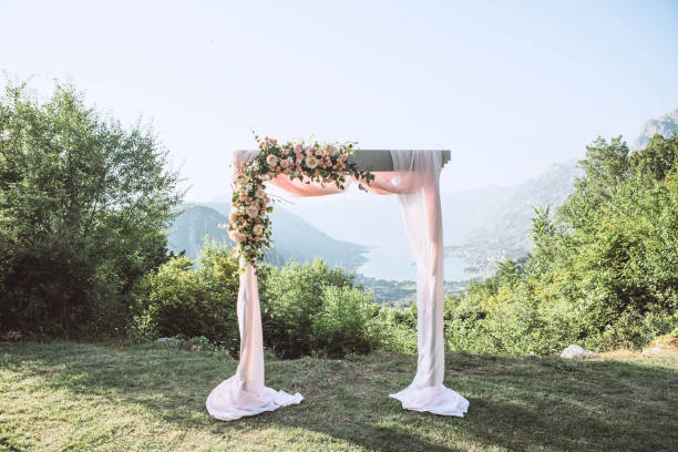 Schöne Hochzeitsbogen mit Blumen – Foto