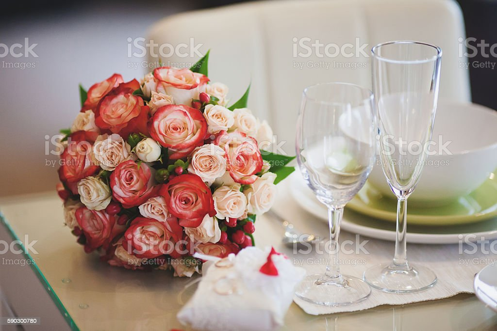 Beautiful wedding bouquet of pink and white rose on table royaltyfri bildbanksbilder