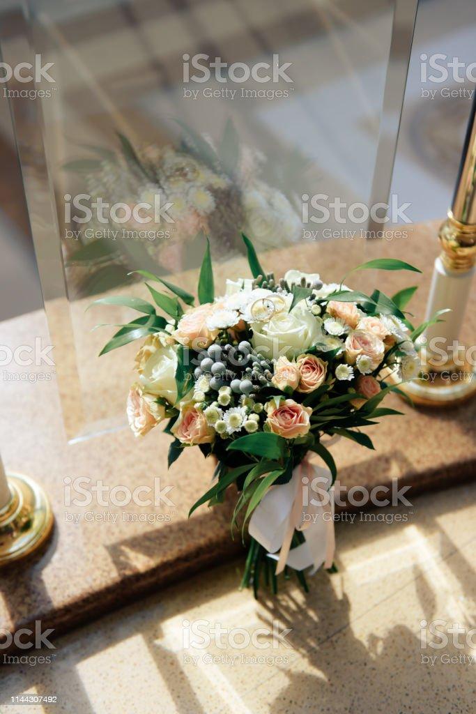 official photos 2d875 48016 Schöner Hochzeitsstrauß Mit Goldenen Ringen Brautzubehör ...